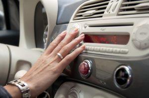 La radio de coche es una distracción al volante