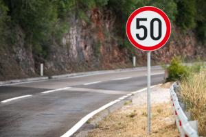 límite de velocidad genérico en las ciudades de 50 km por hora