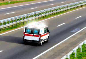 Ambulancia circula por la carretera